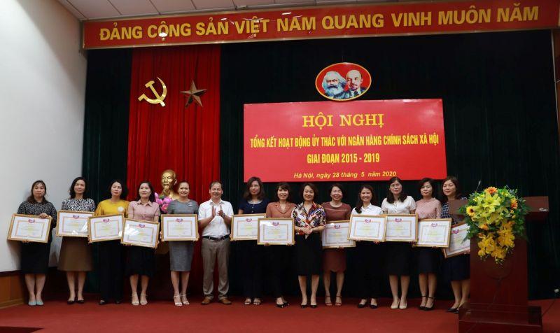 Phó Chủ tịch Hội LHPN Hà Nội Phạm Thị Thanh Hương và Phó Giám đốc Ngân hàng CSXH chi nhánh Hà Nội Phạm Văn Quyết trao bằng khen cho các tập thể có thành tích xuất sắc