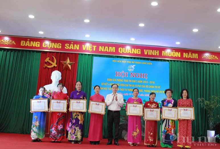 Đồng chí  Đường Hoài Nam - Phó Bí thư Thường trực  Quận ủy trao thưởng cho các chi hội