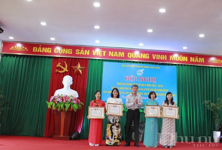 Đồng chí Nguyễn Quốc Long -  Trưởng Ban Dân vận Quận ủy Long Biên trao khen thưởng cho các tập thể