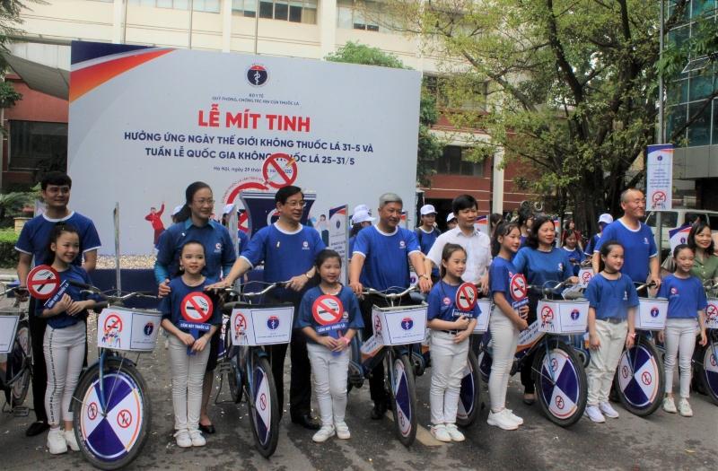 Các đại biểu tham gia diễu hành xe đạp nhằm hưởng ứng chiến dịch truyền thông năm 2020 với chủ đề