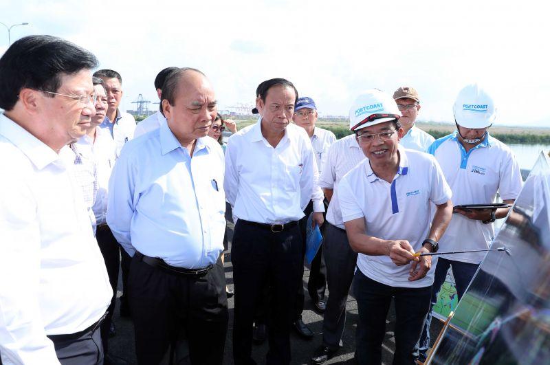 Thủ tướng Nguyễn Xuân Phúc thị sát tại Cảng Cái Mép. - Ảnh: VGP