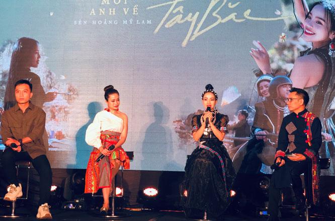 Ca sĩ Sèn Hoàng Mỹ Lam và ekip giới thiệu sản phẩm âm nhạc mới