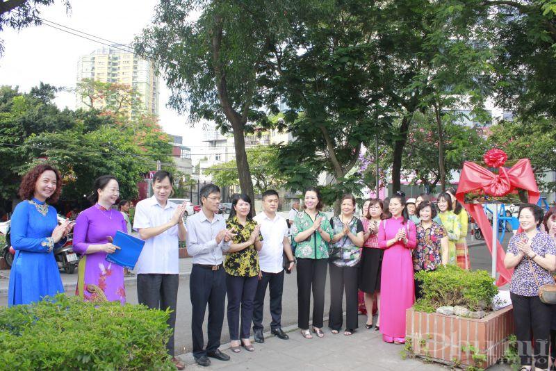Các đại biểu tham dự lễ bàn giao công trình chào mừng Đại hội đảng bộ quận Ba Đình