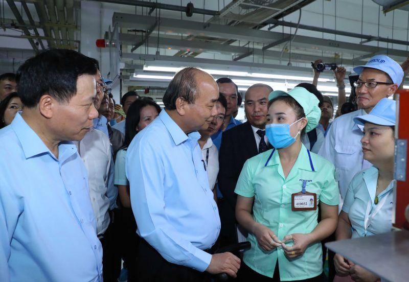 Thủ tướng hỏi thăm tình hình sản xuất và đời sống của công nhân. Ảnh: VGP