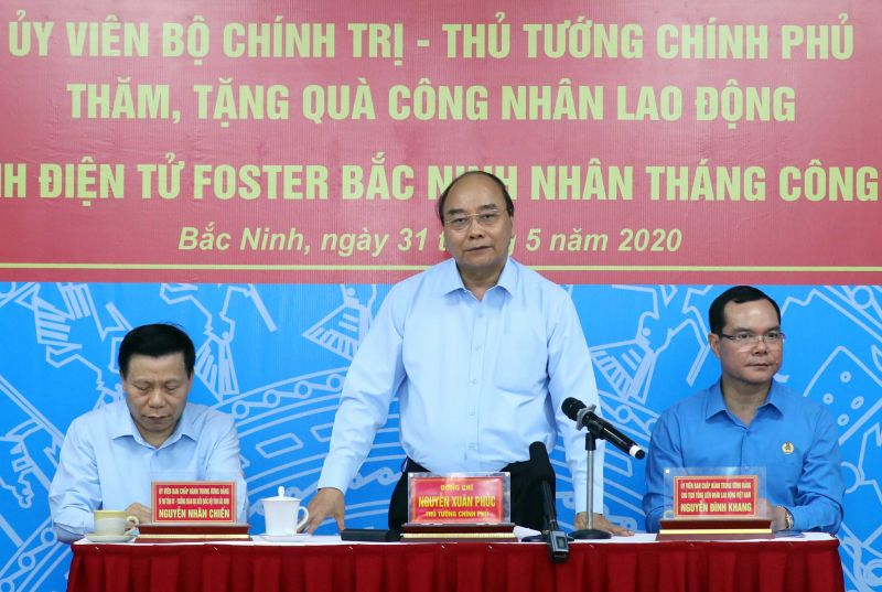 Thủ tướng Nguyễn Xuân Phúc đối thoại với công nhân. Ảnh: VGP