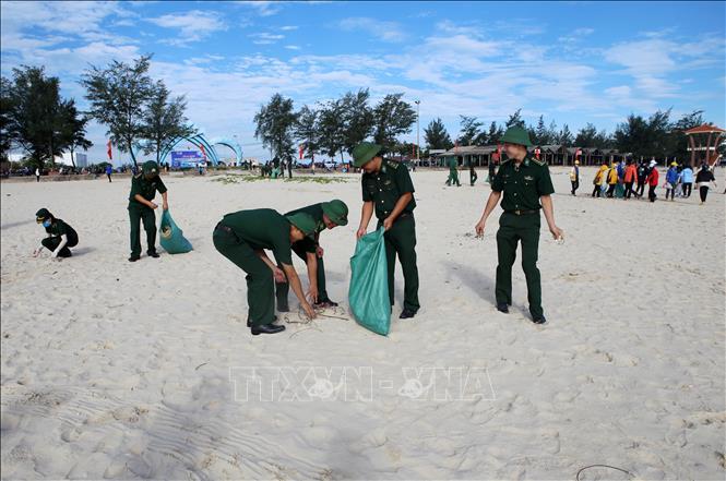Lực lượng đoàn viên, thanh niên, cán bộ chiến sĩ và người dân trên địa bàn huyện Gio Linh (Quảng Trị) thu gom rác tại bãi biển Cửa Việt.