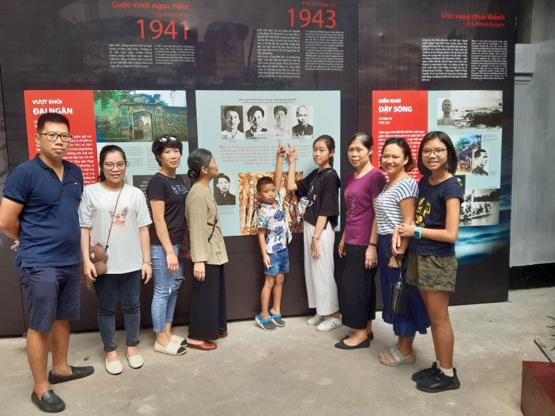 Gia đình chị Đỗ Minh Trang (Hà Nội) tham quan Di tích Nhà tù Hỏa Lò