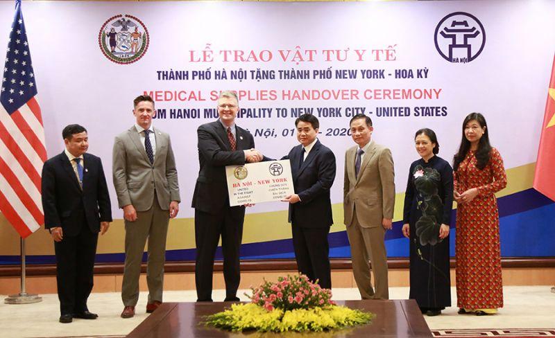 Chủ tịch UBND thành phố Hà Nội Nguyễn Đức Chung trao tặng vật tư y tế