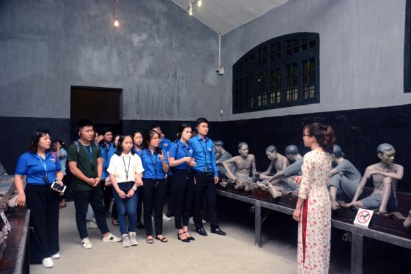 Đoàn TNCS phường Ngọc Thụy, quận Long Biên tìm hiểu lịch sử tại Nhà tù Hỏa Lò