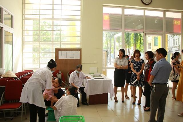 Đoàn công tác đã trực tiếp nghe báo cáo tình hình, kiểm tra công tác cân đo, cho trẻ uống Vitamin A tại quận Thanh Xuân. Tổng số điểm  uống Vitamin A và cân đo trên địa bàn Quận là 34 điểm với hơn 15.000 đối tượng trong diện uống Vitamin A đợt I.
