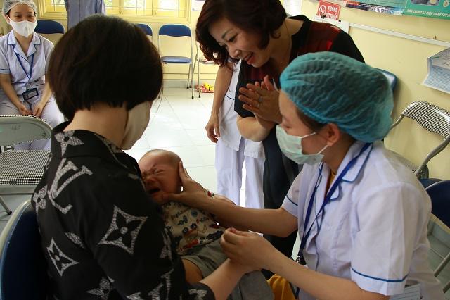 Nhiều cháu bé lần đầu tiên được mẹ đưa đi uống Vitamin A. (ảnh chụp tại điểm uống Vitamin A phường hàng Bột, quận Đống Đa)