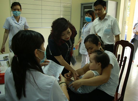 Đồng chí Lê Thị Thiên Hương, Phó Chủ tịch Hội LHPN Hà Nội thăm, động viên các bà mẹ đưa con đến uống Vitamin A tại điểm uống phường Trung Hòa, quận Cầu Giấy. Tính đến 10h ngày 2/6, tại đây đã đón khoảng 200 trẻ được mẹ đưa tới uống Vitamin A và cân, đo, đánh giá dinh dưỡng.
