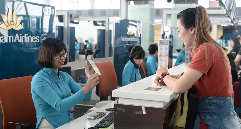 Hành khách làm thủ tục tại quầy vé của Vietnam Airlines tại sân bay quốc tế Nội Bài.
