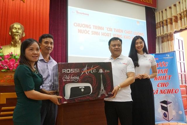 Ông Phạm Văn Uyên, giám đốc khu vực miền Trung,  Tập đoàn Tân Á Đại Thành trao tặng quà cho người dân huyện Minh Hóa (Quảng Bình)