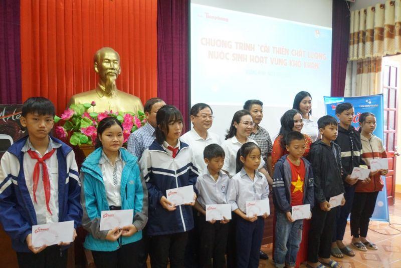 Đại diện Tập đoàn Tân Á Đại Thành và Báo Tiền phong tặng học bổng cho học sinh huyện Minh Hóa