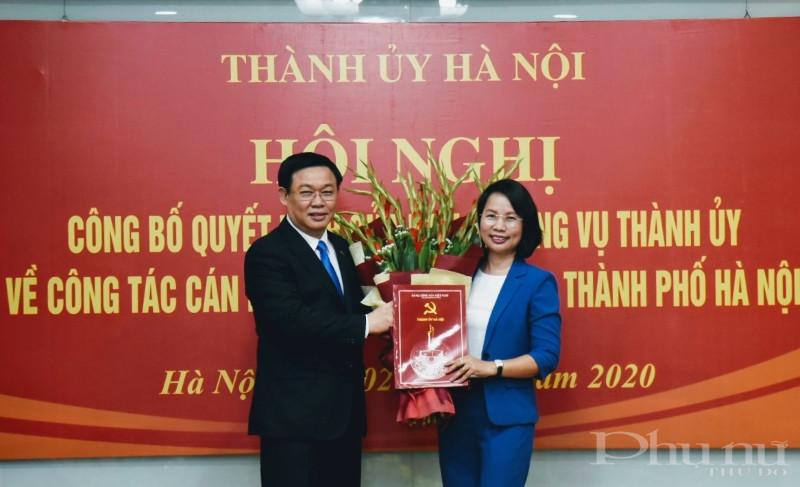 Đồng chí Vương Đình Huệ trao quyết định công tác cán bộ cho đồng chí Bùi Huyền Mai.