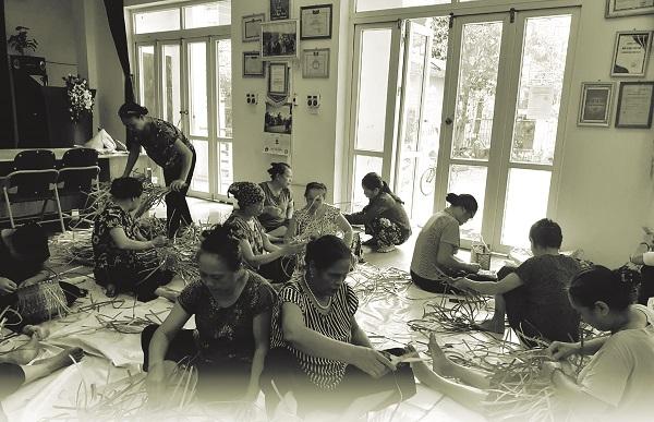 Các hội viên Chi hội số 2, Hội LHPN phường Xuân La, quận Tây Hồ đan làn nhựa