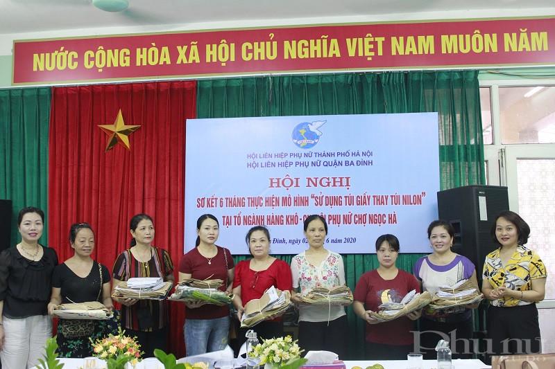 Hội LHPN  tiếp tục phát 7.000 túi giấy kích cớ khác nhau cho đại diện các tổ ngành hàng khô tại chợ Ngọc Hà .