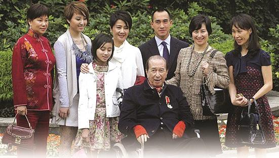 Stanley Ho cùng gia đình khi còn sống - ảnh CNN