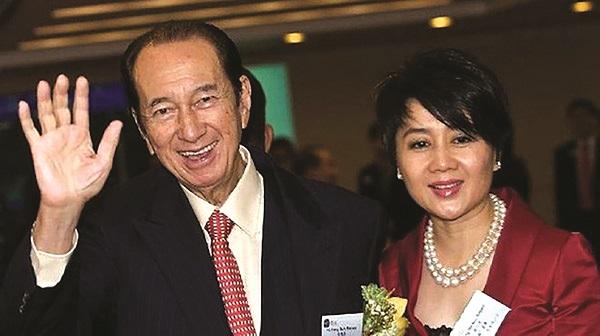 Tỷ phú Stanley Ho và vợ thứ 4 bà Angela Leong - ảnh BI