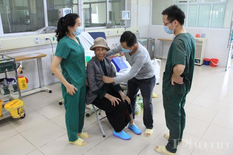 Các bác sĩ, điều dưỡng trò chuyện, thăm hỏi trước khi BN19 xuất viện.
