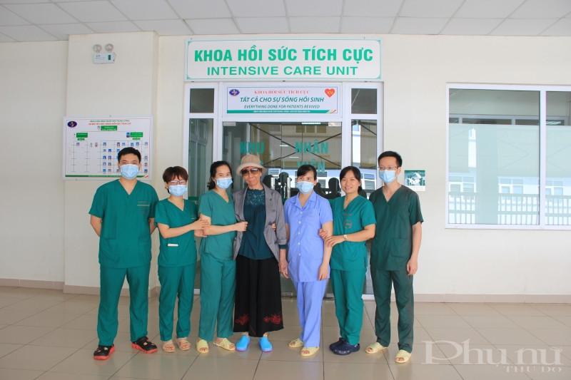 Phút chia tay bịn rịn, xúc động của BN và các y tá, bác sĩ BV Nhiệt đới TƯ.