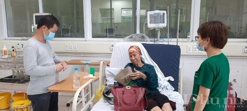 BN19 vui vẻ trò chuyện cùng bác sĩ BV Bệnh nhiệt đới TƯ trước khi xuất viện.