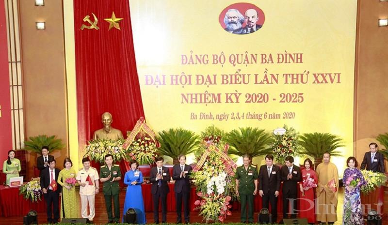Đại diện Mặt trận Tổ quốc và các tổ chức chính trị - xã hội quận Ba Đình chúc mừng đại hội.
