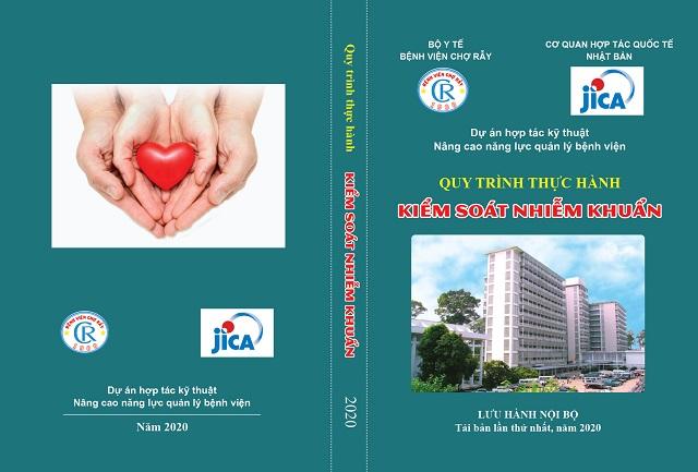 Bìa sách kiểm soát nhiễm khuẩn được đại diện Jica trao tặng Bệnh viện Chợ Rẫy (TPHCM).
