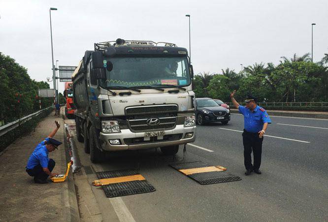 Thanh tra Sở Giao thông Vận tải Hà Nội vẫn đang kiểm soát tải trọng phương tiện bằng bộ cân xách tay.