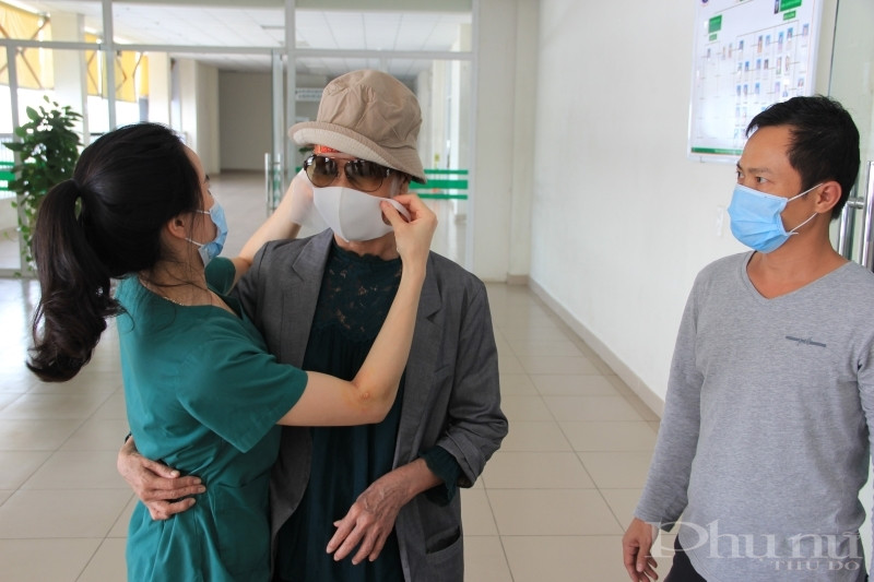 Sau 3 tháng điều trị, BN19 và các y bác sĩ, điều dưỡng BV Nhiệt đới TƯ gắn kết như người nhà.