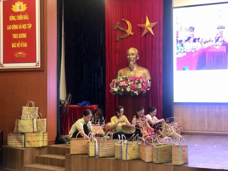 Các HVPN thể hiện sự khéo léo đan làn nhựa. Người ngồi chính giữa là cô Đỗ Thị Xuân - Đội trưởng Đội tự quản VSMT Chi hội 5 - người được ngợi khen là có đôi bàn tay đan làn hết sức khéo léo và sáng tạo
