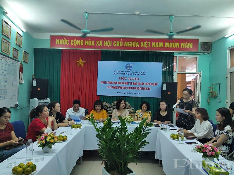 Đồng chí Lê Thị Thúy Kiều- Phó Chủ tịch Hội LHPN quận Ba Đình báo cáo kết quả 6 tháng thực hiện mô hình