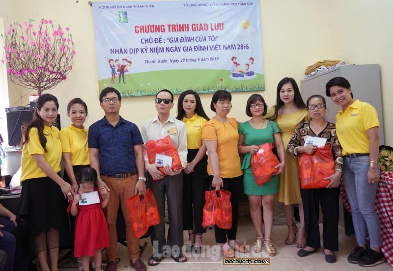 Các gia đình người khiếm thị có hoàn cảnh khó khăn được hỗ trợ, tặng quà