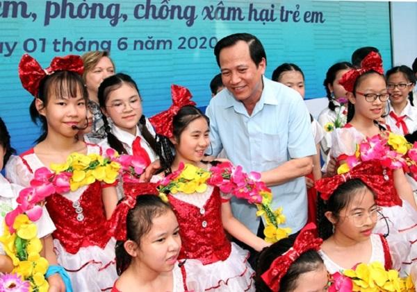 Bộ trưởng Đào Ngọc Dung giao lưu với các em học sinh trường THCS Dịch Vọng trong buổi Lễ phát động Tháng Hành động vì trẻ em năm 2020 (ảnh: Q.H)