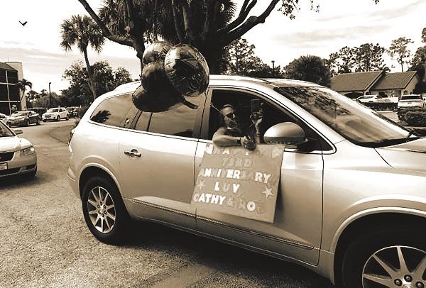 """Một trong các xe """"diễu hành"""" mang theo bóng bay cùng một tấm bảng ghi lời chúc được trang trí công phu"""