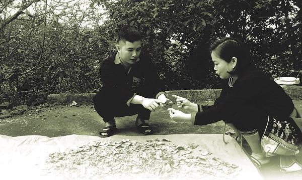 Chị Lăng Thị Tuất- Chủ tịch Hội LHPN xã Ba Vì, cũng là một người trẻ nối nghiệp ông cha phát triển nghề thuốc nam truyền thống.