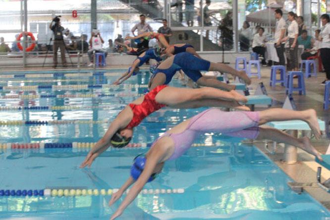 Các vận động viên tham gia giải bơi Hội khỏe Phù Đổng lần thứ X thành phố Hà Nội.