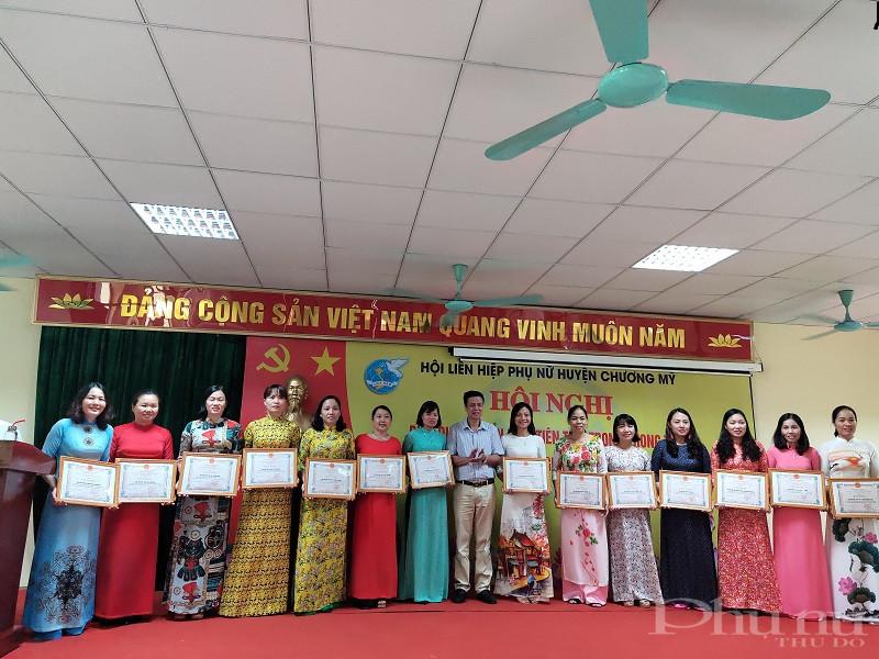 Đồng chí Tạ Quang Được- Phó Bí thư Thường trực huyện ủy Chương Mỹ trao Bằng khen cho các tập thể, cá nhân