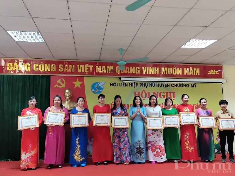 Đồng chí Bùi Minh Đức- Chủ tịch Hội LHPN huyện Chương Mỹ trao Giấy khen cho các tập thể, cá nhân
