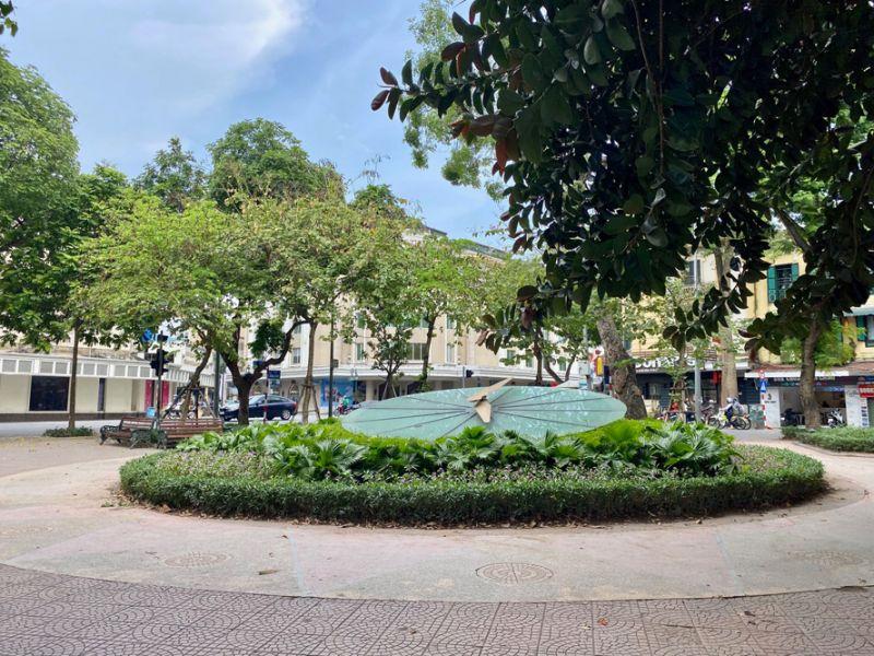Khu vực ngã tư phố Đinh Tiên Hoàng - Hàng Khay, vị trí đồng hồ hoa Thụy Sĩ hiện nay là một trong 3 địa điểm được đề xuất xây dựng cột mốc Km 0. Ảnh: Thụy Du