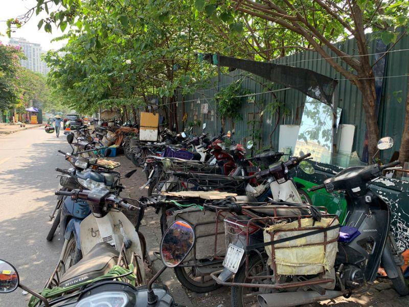 Xe máy cũ ở vỉa hè gần chợ tạm Nam Trung Yên (quận Cầu Giấy).