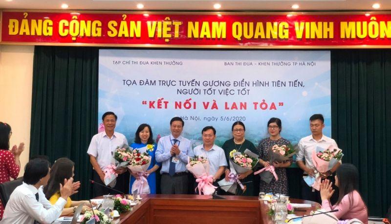 Phó Trưởng ban Ban Thi đua Khen thưởng Trung ương Phạm Đức Toàn tặng hoa các điển hình giao lưu