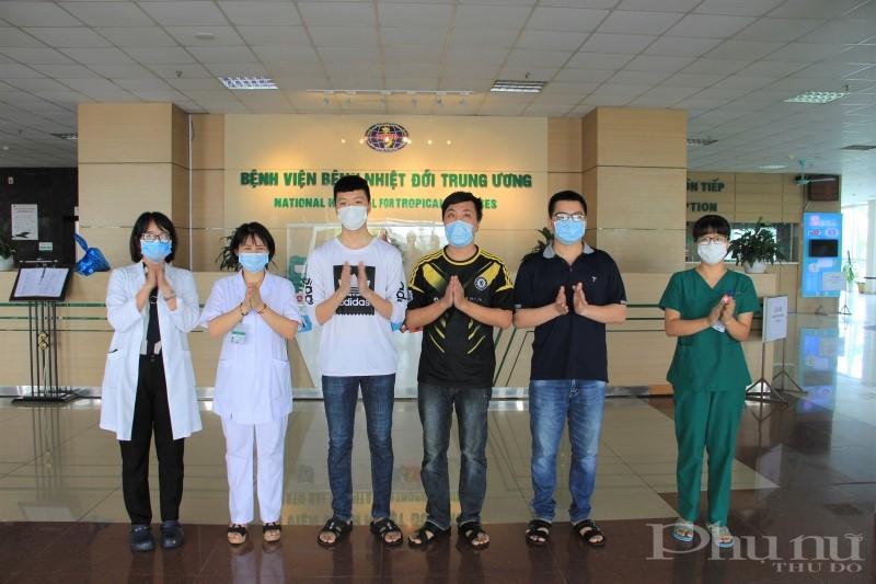 Các bác sĩ BV Bệnh Nhiệt đới TƯ chúc mừng 3 bệnh nhân được công bố khỏi bệnh.