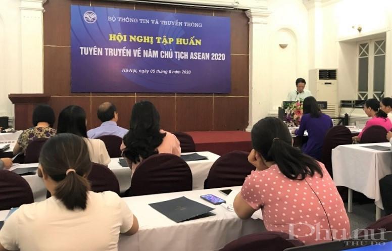 Thứ trưởng Ngoại giao Nguyễn Quốc Dũng thông tin tại buổi tập huấn.