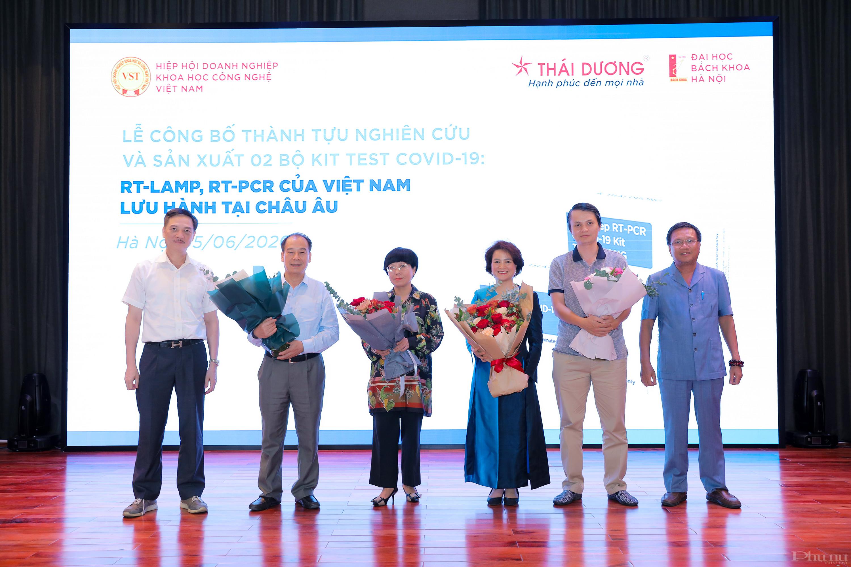 Các đại biểu tham gia giao lưu tại lễ công bố, giới thiệu 2 bộ kít xét nghiệm Covid-19