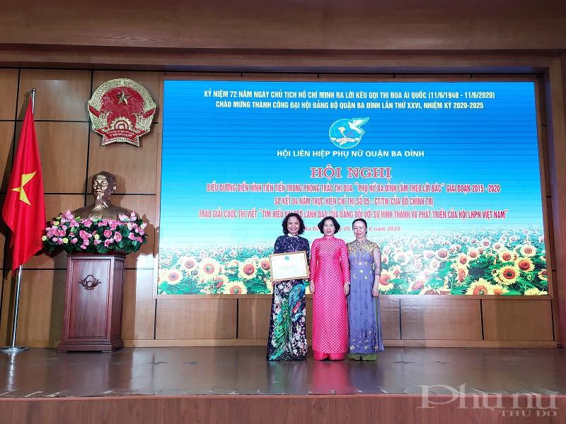 Đồng chí Lê Kim Anh- Chủ tịch Hội LHPN Hà Nội trao Bằng khen cho Hội LHPN quận Ba Đình