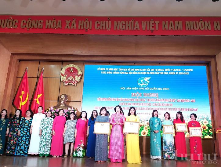 Đồng chí Lê Kim Anh- Chủ tịch Hội LHPN Hà Nội trao khen thưởng cho các tập thể cá nhân