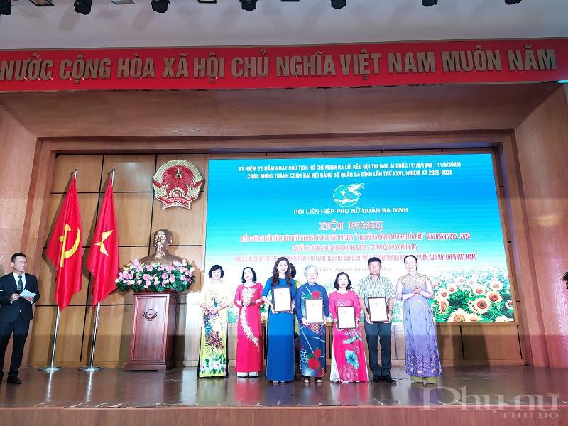 """Đồng thời, tại hội nghị Hội LHPN quận đã trao cuộc thi viết """"Tìm hiểu vai trò lãnh đạo đối với sự hình thành và phát triển của Hội LHPN Việt Nam"""""""