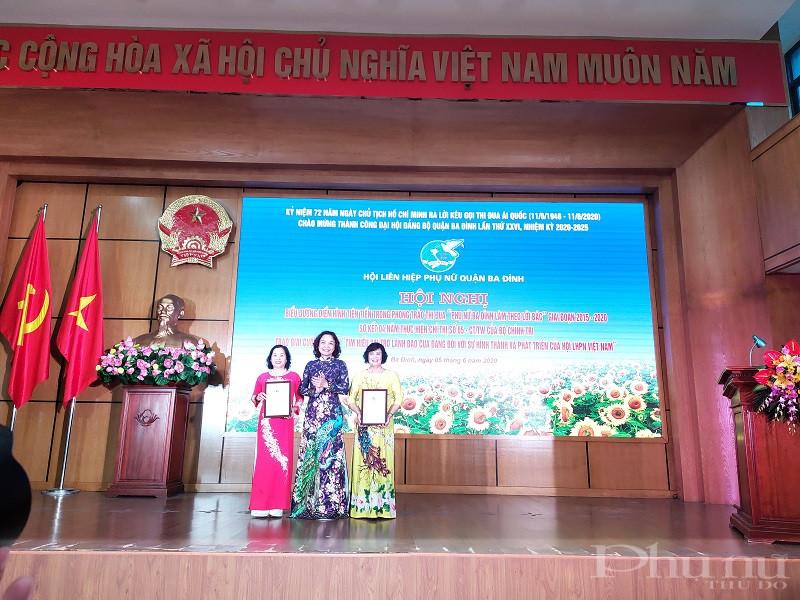 Đồng chí Đinh Thị Phương Liên- Chủ tịch Hội LHPN quận Ba Đình trao giải cho các tập thể đạt giải Nhất và Nhì cuộc thi viết